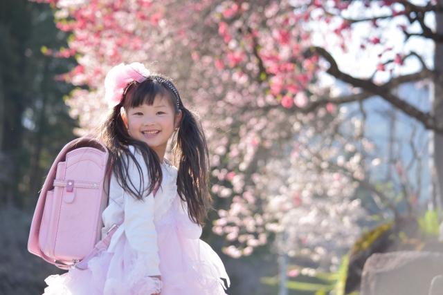 メゾピアノランドセル2020年春バージョン 発売のお知らせ ピンクのランドセルを背負ったかわいい女の子のイメージ写真